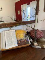 Auf einem Sideboard im Esszimmer steht der Hausaltar der Familie Wehner. Sabrina Wehner mag es schlicht – ohne Rosenkränze und Jesusbildchen.