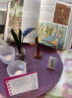 Bei Bernd Keller und seiner Familie findet neben Bibel, Kreuz, Kerzen und Blume eine kleine Madonna ihren Platz am Hausaltar.