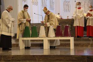 Bischof Dr. Franz Jung gibt vor der Weihe des Chrisams Balsam zum Olivenöl.