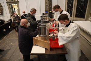 Nach dem Gottesdienst erhielten Vertreter der 19 Dekanate und der Stadtpfarrei Schweinfurt die Öle, die in den folgenden Tagen in die Gemeinden der Diözese gebracht werden.