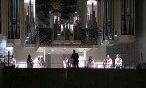 Für ein Video aus der Weihnachtlichen Messe am Heiligen Abend 2020 im Würzburger Kiliansdom bekam ein Ensemble der Mädchenkantorei unter der Leitung von Domkantor Alexander Rüth gleich zwei Preise bei einem Wettbewerb von BR-Klassik.