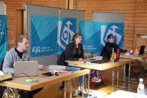 Die Konferenzleitung in der Turnhalle des Kilianeums-Haus der Jugend.