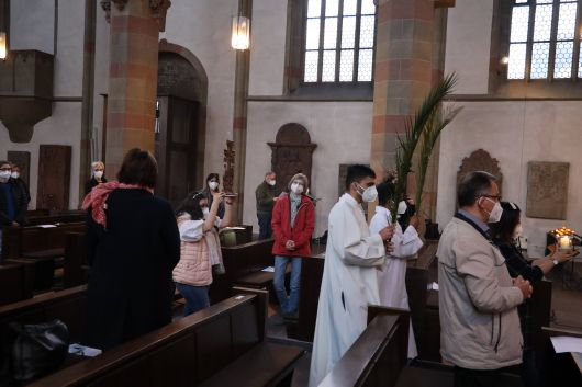 Für die verschiedenen Erdteile wurde jeweils ein Kreuz zum Altar getragen, ehe an die Menschen erinnert wurde, die dort für den Glauben gestorben sind.