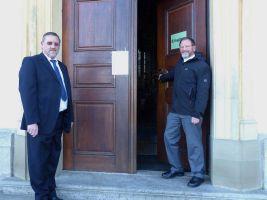 Haben noch einiges zu bewerkstelligen, bis die Finanzierung der Maßnahme in trockenen Tüchern ist: Kirchenpfleger Klaus Michler (links) und Pfarrer Josef Treutlein.