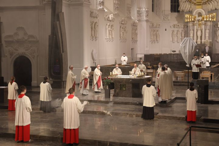 Mit der Messe von Letzten Abendmahl am Gründonnerstag, 1. April, hat Bischof Dr. Franz Jung im Würzburger Kiliansdom die heiligen drei Tage eröffnet.