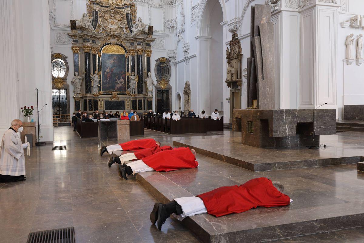 Bischof Dr. Franz Jung und die Konzelebranten legten sich zu Beginn der Feier vor dem Altar auf den Boden.