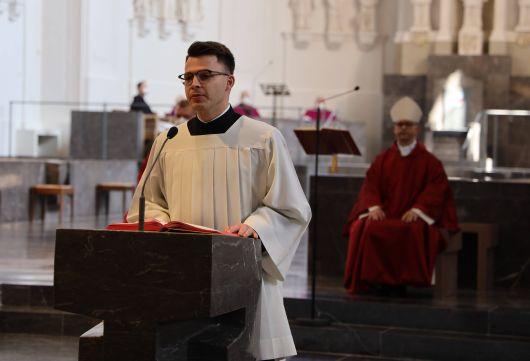 Bischof Dr. Franz Jung feierte am Freitag, 2. April, die Liturgie vom Leiden und Sterben Jesu im Würzburger Kiliansdom.