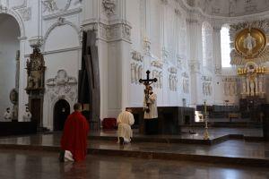 Bei der Kreuzverehrung, die der Bischof und das Domkapitel stellvertretend für alle Gläubigen vornahmen, wurde das Kreuz enthüllt, den Gläubigen gezeigt und in stillem Gebet verehrt.