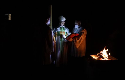 Die Osterkerze wurde im Domkreuzgang am Osterfeuer entzündet und in den dunklen Dom getragen.
