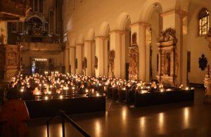 Während der Lichtfeier beleuchtete nur das Licht von Kerzen den Kiliansdom.