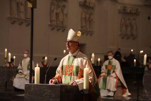 """Bischof Dr. Franz Jung betonte in seiner Predigt in der Osternacht,  Gott gebe wie bei Ezechiel verheißen den Menschen ein neues Herz. """"Wie den Grabstein Jesu rollt der Herr an Ostern die Steine weg, die unser Herz beschweren, damit wir wieder aufatmen können. """""""