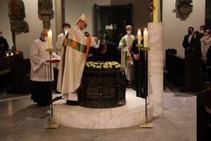 Bischof Dr. Franz Jung spendete Michael Wegel das Sakrament der Taufe.