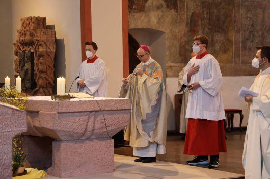 """Bischof Dr. Franz Jung hat am Dienstag, 6. April, bei einem Gottesdienst in der Wallfahrtskirche """"Maria im Grünen Tal"""" in Retzbach fünf Männer unter die Kandidaten für das Weihesakrament aufgenommen."""