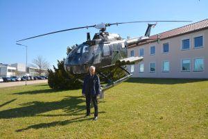 Andreas Rudiger vor einem Helikopter auf dem Kasernengelände.