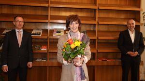 Martina Höß ist seit 25 Jahren im Dienst des Bistums Würzburg. Dazu gratulierten ihr (von links) Ordinariatsrat Robert Hambitzer, Leiter der Hauptabteilung Personal, und Pastoralreferent Dr. Martin Schwab von der Mitarbeitervertretung (MAV).