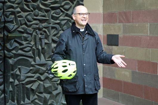 """""""Fahrradhelm oder Schutzengel?"""" Bischof Dr. Franz Jung weiß die Antwort."""