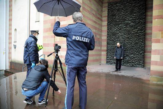 Impressionen von den Filmaufnahmen, die am 2. Februar vor dem Kiliansdom stattfanden.  Es dauert ein bisschen, bis das Aufnahmeteam die richtige Position für Bischof Dr. Franz Jung gefunden hat.