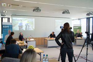 Pressekonferenz zum Start der Präventionskampagne #KopfEntscheidung. Auf dem Podium (von links): Professor Dr. med Ralf-Ingo Ernestus, Polizeipräsident Gerhard Kallert und Bischof Dr. Franz Jung.