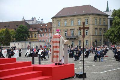 Mit Abstand unter freiem Himmel: So wie die Fronleichnamsprozession im Jahr 2020 mit Weihbischof Ulrich Boom könnten auch heuer wieder Wallfahrten und Prozessionen stattfinden.