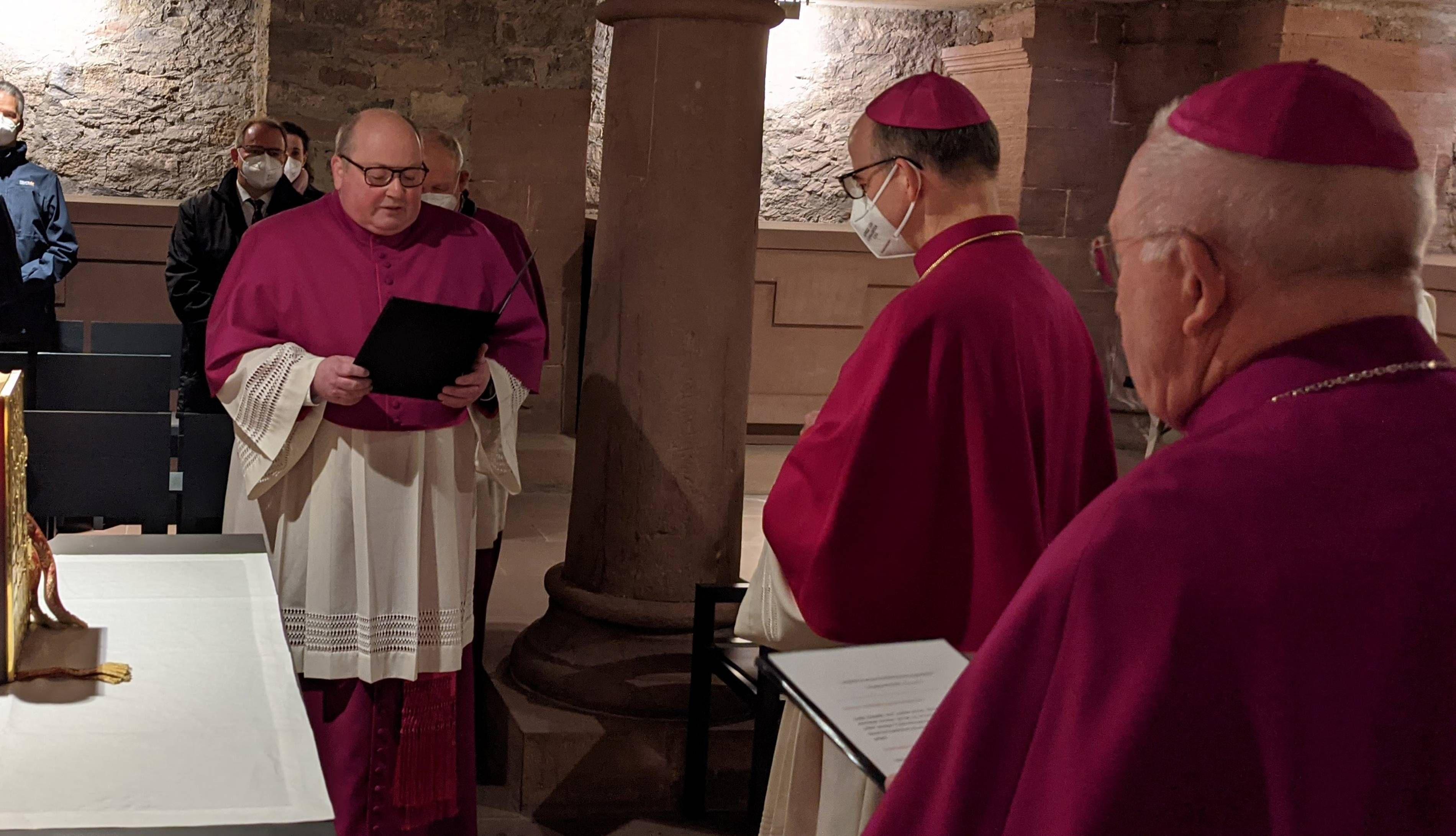 Dompfarrer Stefan Gessner (links) legte vor Bischof Dr. Franz Jung und Weihbischof Ulrich Boom das Glaubensbekenntnis ab.