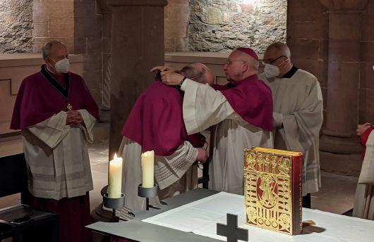 Weihbischof Ulrich Boom überreichte Stefan Gessner in der Krypta des Doms das Kapitelskreuz.
