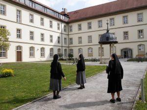 """Der Innenhof des Klosters """"Maria Hilf"""": Drei der letzten Ordensfrauen erinnern sich gerne an die schöne Zeit, die sie an diesem Ort verbracht haben."""