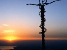 In Jordanien erinnert ein Monument an die von Mose erhöhte Schlange. Mose wurde bekannt als von Gott erwählte Person.
