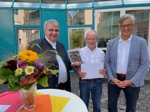 Domkapitular Clemens Bieber, (links) würdigte bei einer Feierstunde die Verdienste von Dr. Michael Wolf (Mitte). Rechts Schulleiter Thomas Steigerwald.