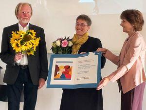 Schwester Juliana Seelmann (Mitte) erhält den Würzburger Friedenspreis 2021 von Armin Meisterernst und Gerda Kresse vom Komitee.