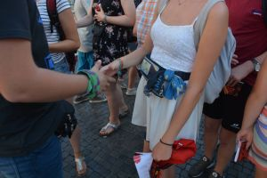 """Ein """"Selfie-Stop"""" mit Bischof Dr. Franz Jung und das """"Blind-Date"""" standen am Mittwoch, 1. August, auf dem Programm bei der Ministrantenwallfahrt in Rom."""