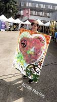 """Die Katholische Landjugendbewegung (KLJB) Würzburg war mit 17 Teilnehmern beim deutsch-französischen Friedensfestival """"Rendezvous – Gemeinsam für Europa"""" vom 2. bis 5. August im französischen Besançon:  eine Teilnehmerin mit einem Bild aus dem Workshop """"""""Action-Painting""""."""