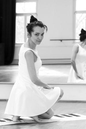 """Zum Jubiläumsgottesdienst von """"Zeit für uns"""" kommt die Würzburger Tänzerin Ruth Weisel."""