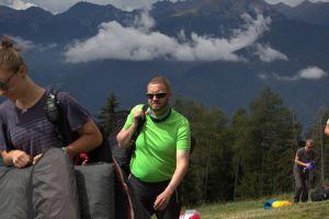 Andreas Hanel auf dem Weg zum Startplatz, die komplette Ausrüstung im Rucksack.