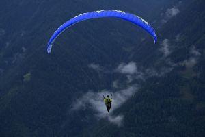 Andreas Hanel beim Fliegen in Südtirol. Die Fortbewegung mit dem Gleitschirm verkörpert für ihn in idealer Weise den alten Menschheitstraum vom Fliegen.