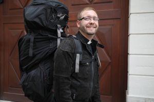 Alles, was er für sein Hobby Gleitschirmfliegen benötigt, kann Andreas Hanel, geistlicher Religionslehrer, in einem großen Rucksack mit sich tragen.