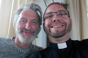 Andreas Hanel (rechts) traf in Lüsen den ebenfalls Gleitschirm fliegenden Schauspieler Rufus Beck.
