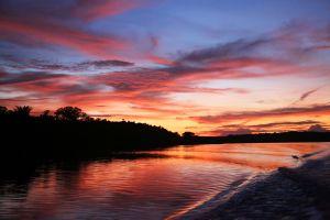 Pastorale Lern- und Studienreise vom 13. bis 27. April in das Partnerbistum Óbidos in Brasilien. Besichtigung des Bauxit-Abbaugebiets des Konzerns Alcoa bei Juruti und in der Gemeinde Prudente: Früh am Morgen geht es mit dem Boot nach Juruti, einem Standort des Konzers Alcoa.  Kurz vor Sonnenaufgang scheint die Region am Amazonas noch wie ein unberührtes Paradies.