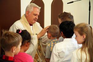 Domdekan Prälat Günter Putz, Schulreferent des Bistums Würzburg, segnet die Erstklässler der privaten katholischen Volksschule Elisabethenheim.
