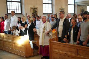 Domdekan Prälat Günter Putz, Schulreferent des Bistums Würzburg, segnet die Erstklässler der privaten katholischen Volksschule Elisabethenheim. Zum Abschluss der kleinen Feier fassten sich alle an den Händen. In der Mitte Domdekan Putz.