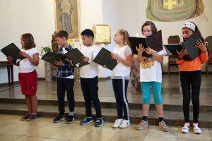 Domdekan Prälat Günter Putz, Schulreferent des Bistums Würzburg, segnet die Erstklässler der privaten katholischen Volksschule Elisabethenheim. Kinder vom musikpädagogischen Zweig sangen ein Begrüßungslied.