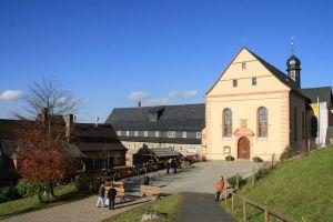 Auf dem Platz vor der Wallfahrtskirche auf dem Kreuzberg in der Rhön wird Bischof Dr. Franz Jung am Samstag, 15. September, einen Gottesdienst mit den Gläubigen der Region feiern. Danach besteht Gelegenheit zur Begegnung mit dem neuen Würzburger Bischof.