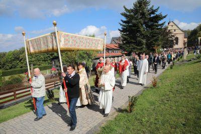 Bischof Dr. Franz Jung feierte am Samstag, 15. September, einen Pontifikalgottesdienst zum Fest Kreuzerhöhung mit rund 1000 Gläubigen auf dem Kreuzberg. Im Anschluss nutzten viele Gläubige die Gelegenheit für eine persönliche Begegnung mit dem neuen Würzburger Bischof.