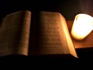 Traditionell werden die Rorate-Messen im Advent nur im Schein von Kerzenlicht gefeiert.